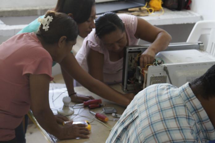 Alumnas del Taller de Reparación de Electrodomésticos.