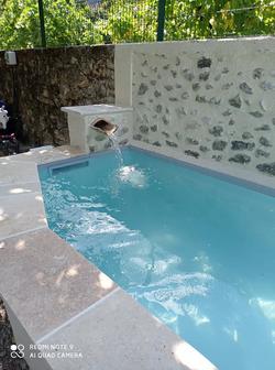 Bleu Azur Piscine - Transformation d'un bassin en mini piscine de 6m - petite chute d'eau, escalier
