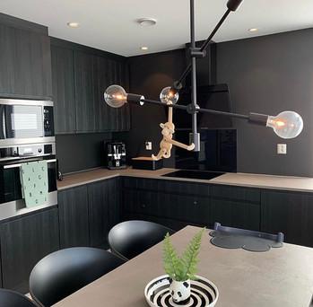 Mikrosement på kjøkkenbenk og spisebord