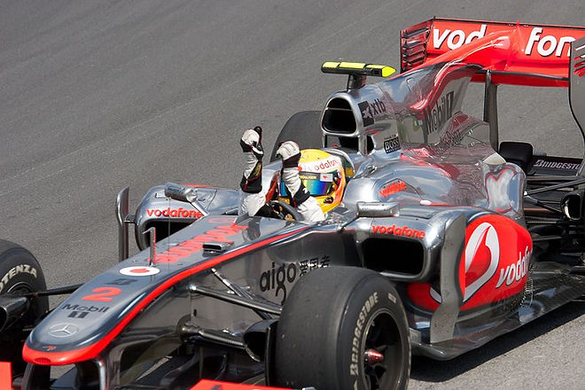 800px-Lewis_Hamilton_celebrating_victory_2010_Canada_2.jpg