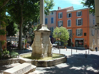 Lovely Lorgues in the heart of Provence is where you will be attending the Paint Provence holiday with Wietzie