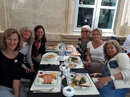 Having a fun lunch out whilst attending Provence Painting vacations with Wietzie