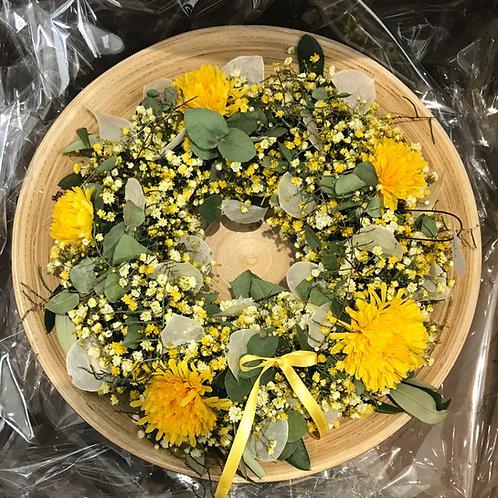 Kranz mit Stoffblumen und getrockneten Materialien
