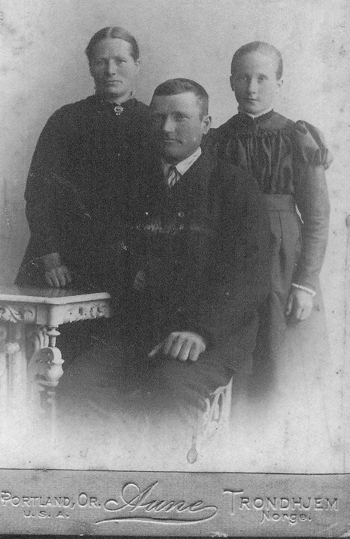 Anna med ektemann Bernt og deres datter Helga som her er 14 år
