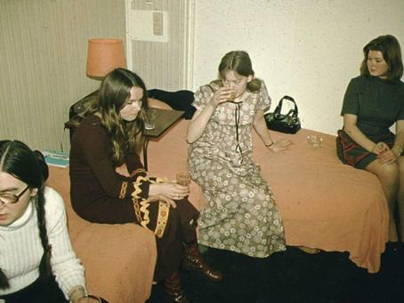 Kunststudent på 70-tallet. Her er klassen på studietur til London. Jeg har moteriktig brun kjole!