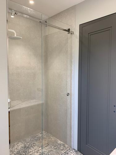 Bīdāma duškabīne, dušas siena