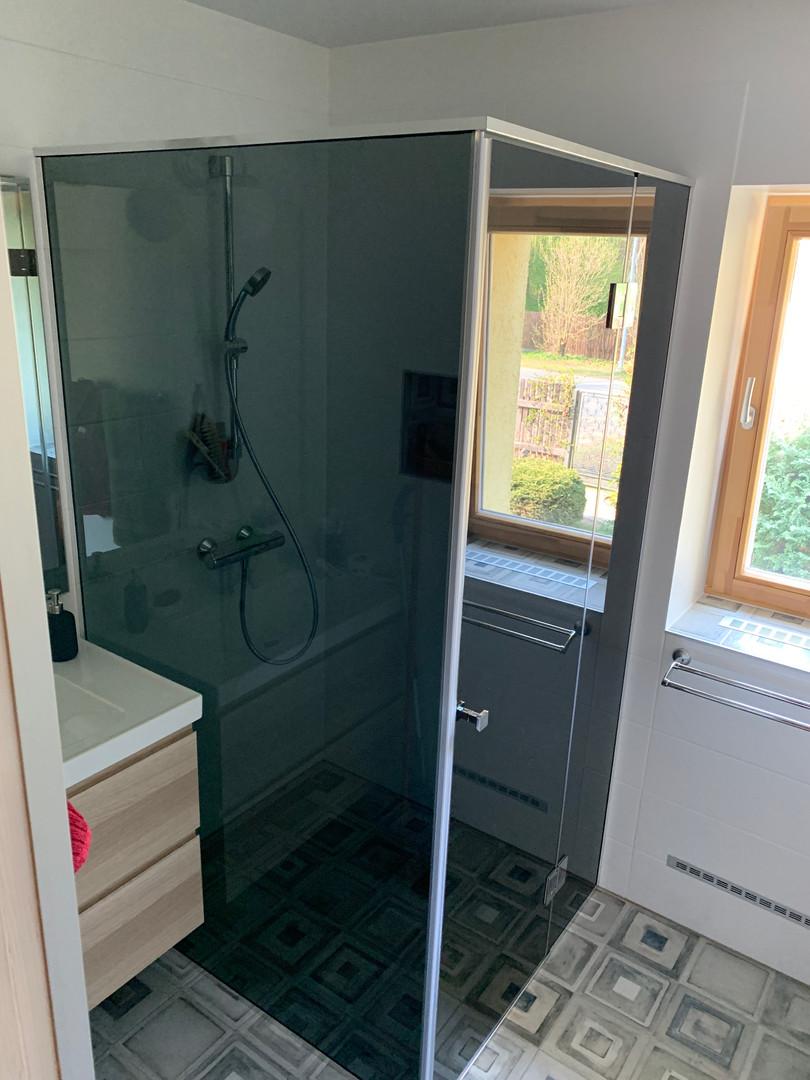 Dušas stūris, veramas durvis, tonēts stikls