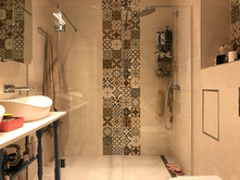 Dušas siena, durvis uz enģēm