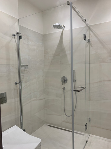Dušas stūris, dušas kabīne, veramas durvis