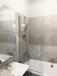 Dušas stikls uz vannas, verams uz enģēm