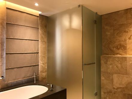 Stūra dušas kabīne ar veramām durvīm