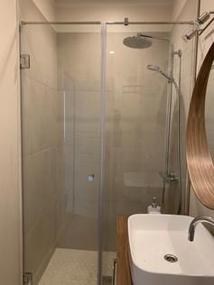 Dušas siena ar veramu durvi