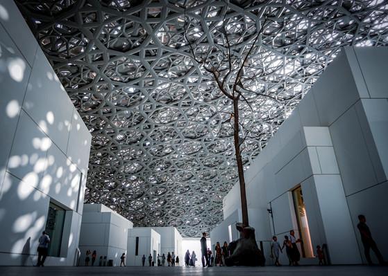 Поющие деревья в Лувре Абу-Даби.jpg