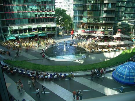 Потсдамская площадь фонтан.jpg