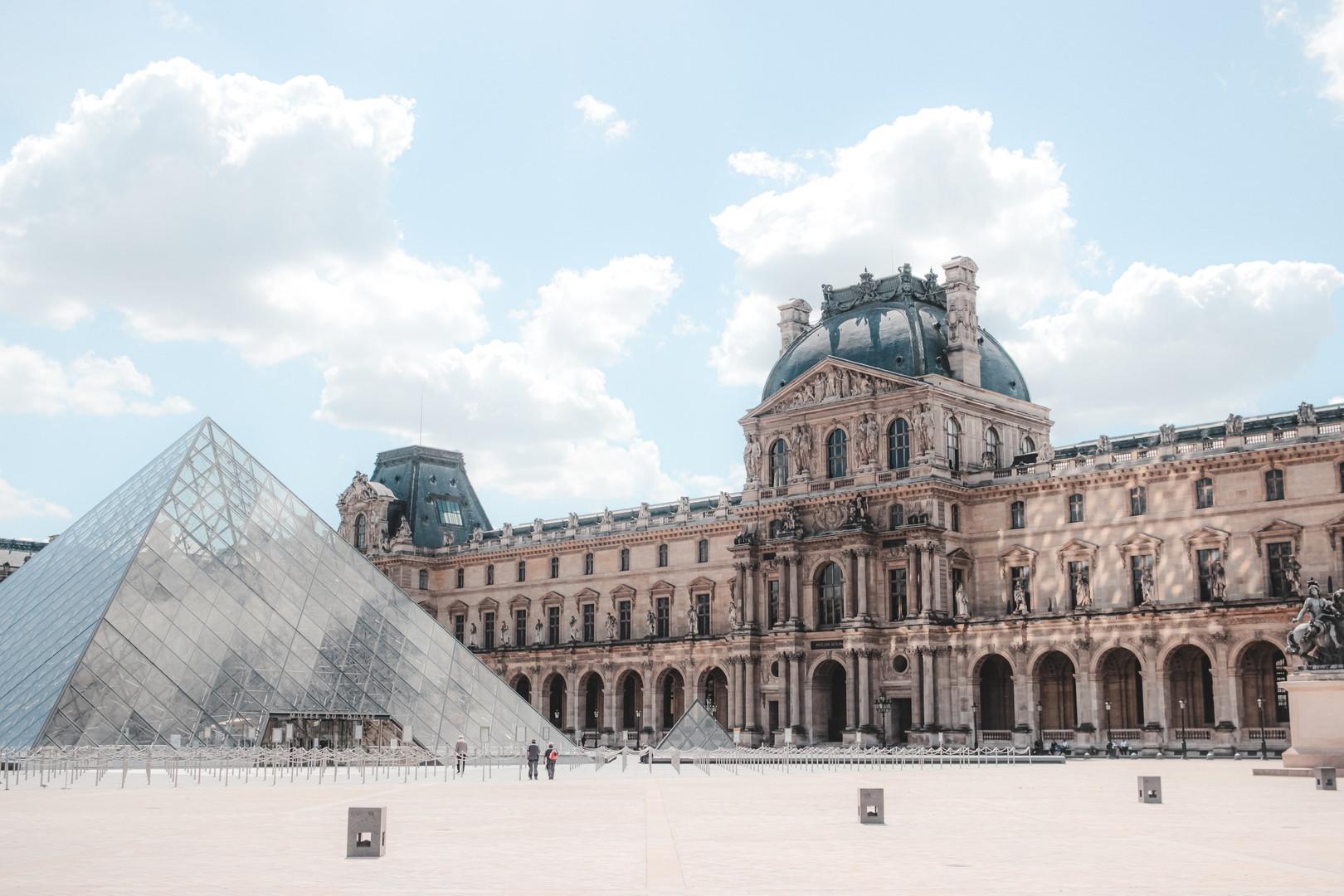 Дворец Лувр Париж.jpg
