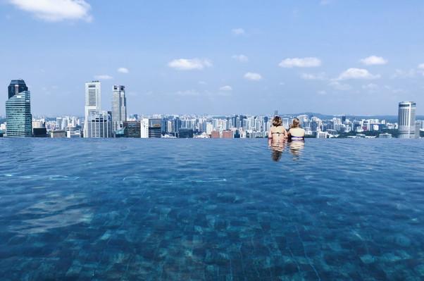Вид с панорамного бассейна отеля Марина