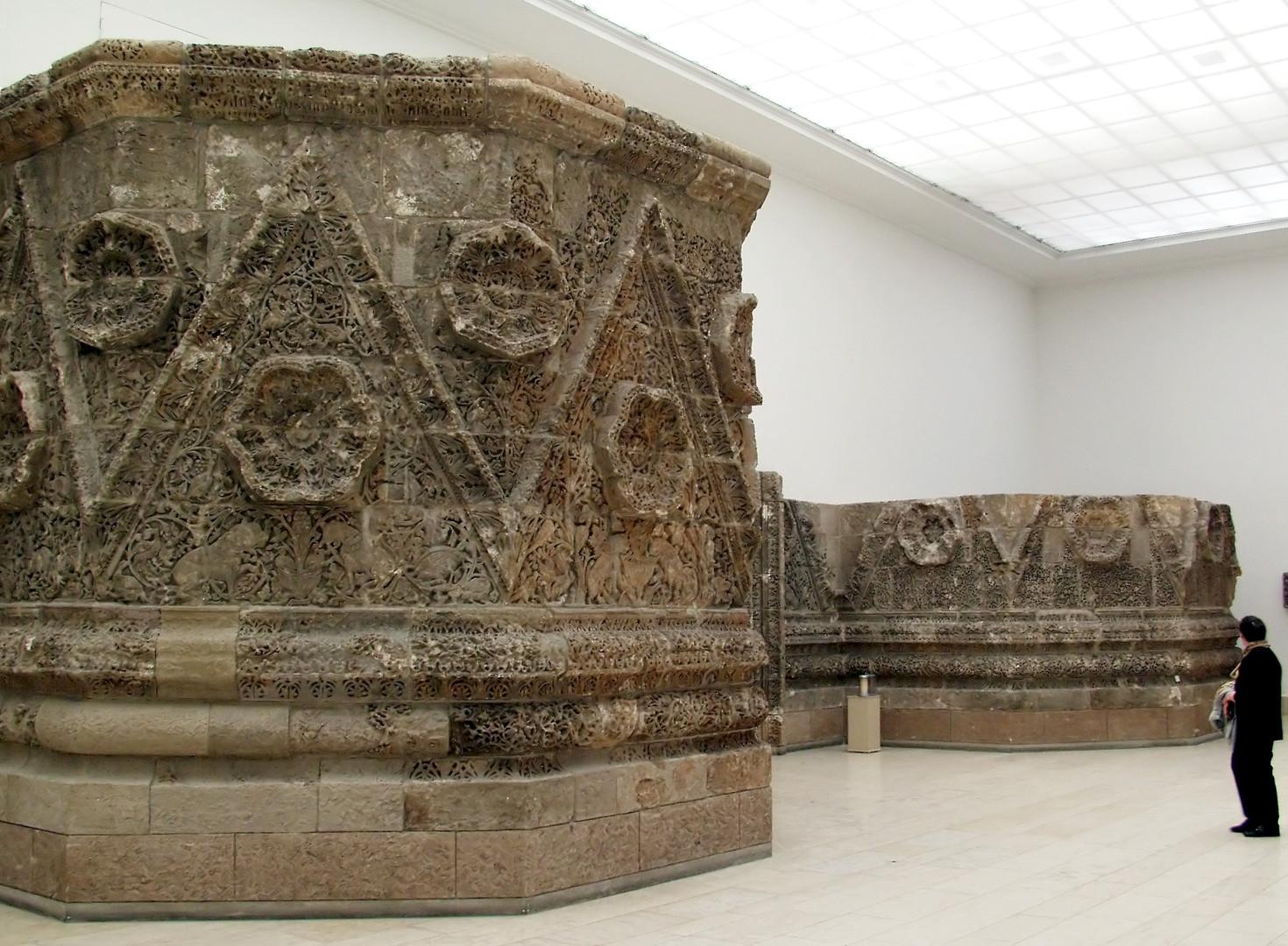 Пергамский музей каменный фасад Мшатты.j