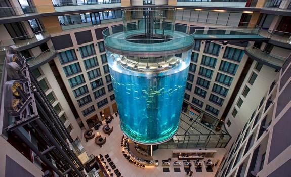 АкваДом в Берлине цилиндрический аквариу