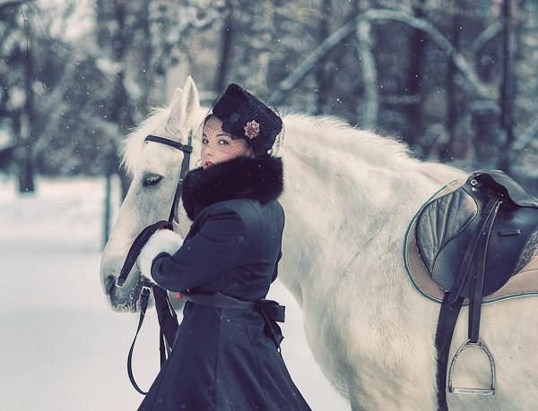 Русская зимняя фотосессия с лошадью