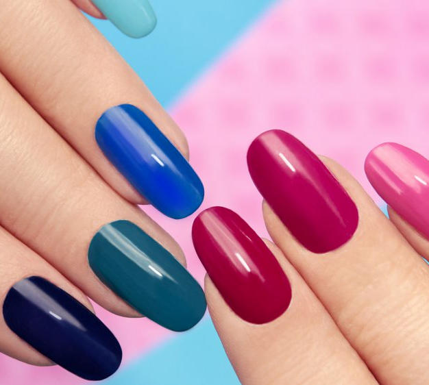 Pose de faux ongles capsules french et vernis.