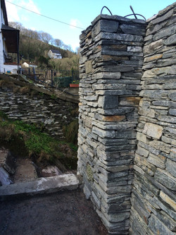 Dry stone wall head
