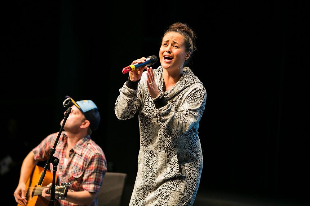 Julie Berthelsen synger.jpg