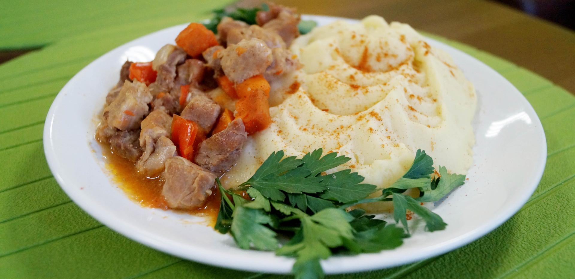 Мясо, тушеное с овощами и пюре