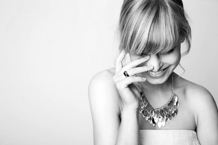 beautiful-blond-laughing-with-gold-neckl