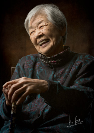 This is my grandma!  僕の祖母です。   Lens: Canon EF 85mm f/1.4L IS USM