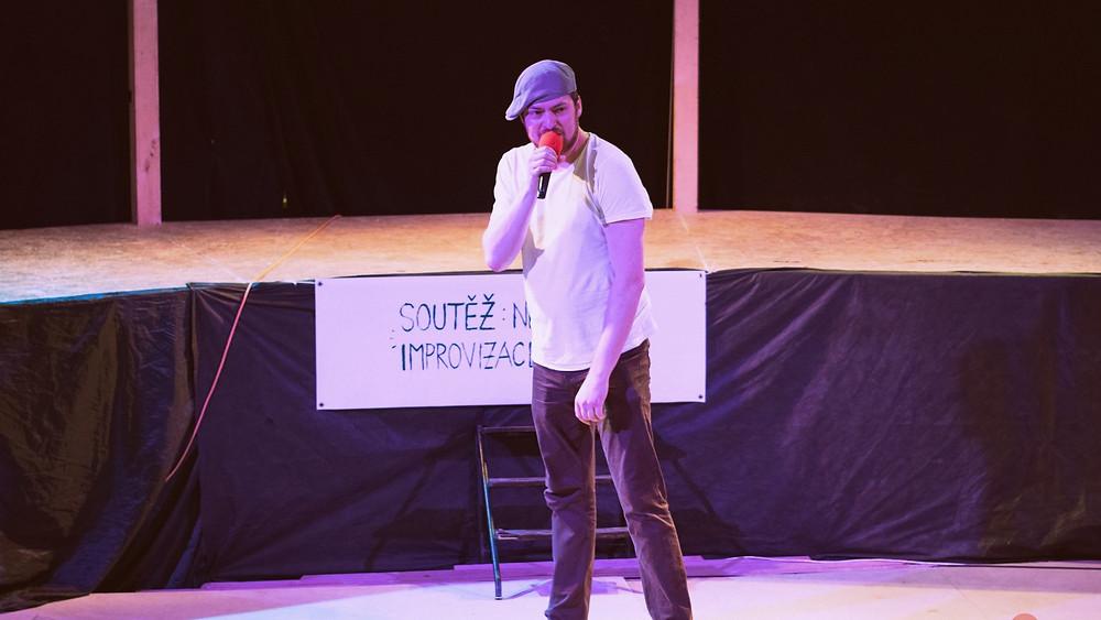 Beatboxová slam-poetry s breakdancovou vložkou.