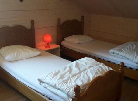 Nouveaux lits d'une personne en Pin Massif, nouvelle colonne de douche Hansgrohe et nouvel éclai