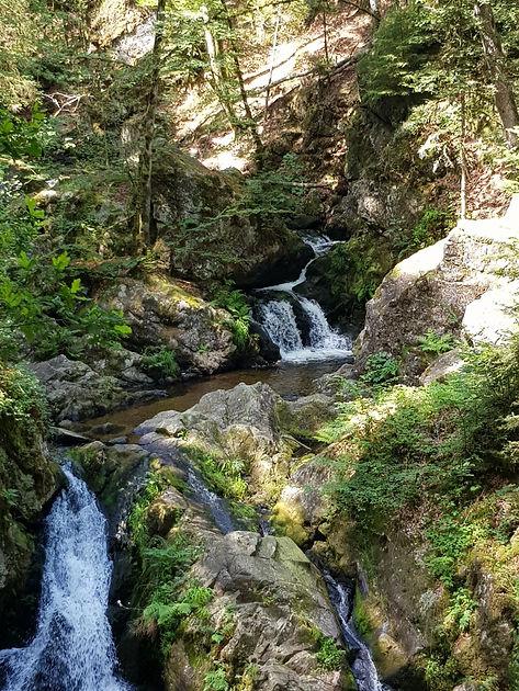 Bassin supérieur de la petite cascade du Tendon, 1m de profondeur
