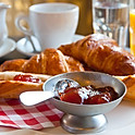 Croissant vajjal és házi lekvárral