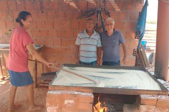 Agraer visita produtor de farinha de mandioca em Coxim