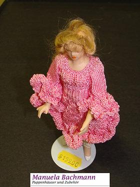 Mädchen mit Rüschchenkleid in rosa