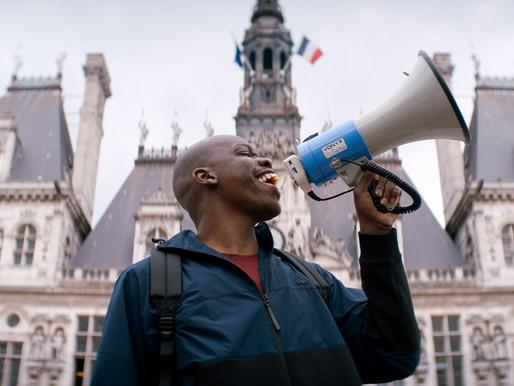 Sou francês e preto - uma comédia politicamente incorreta que exagera nos diálogos constrangedores
