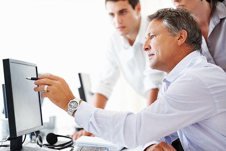 De business coach ondersteunt het finance team met nieuwe inzichten