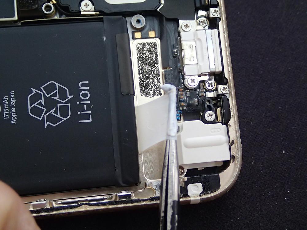 バッテリーを交換しているところ。両面テープを取っている