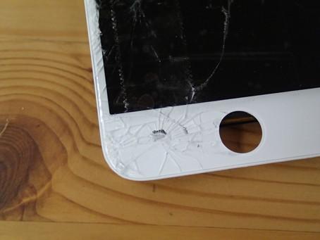 iPhone7を落としてしまい画面が真っ黒にそしてホームボタンの横に穴が開いてしまった