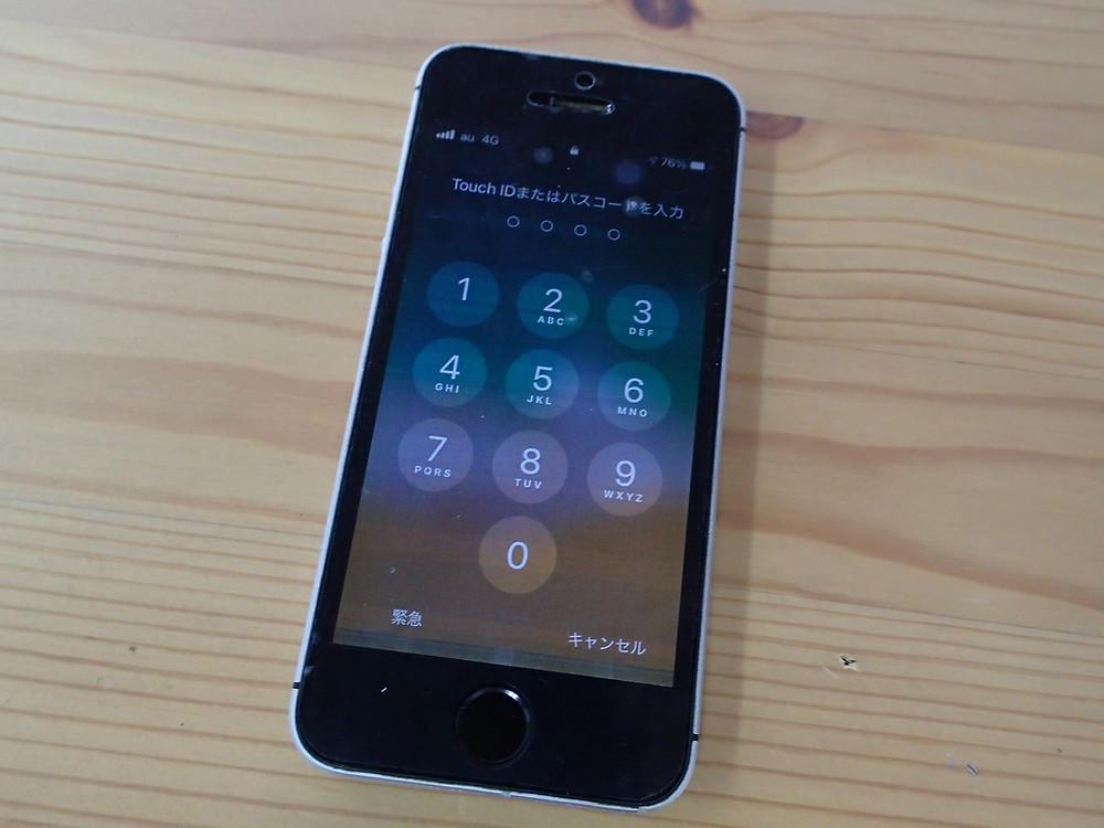 iPhoneSEの画面に横向きで縞模様が出ている
