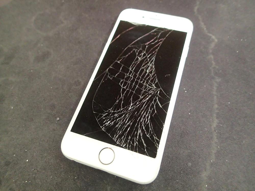 iPhone画面割れ派手に割れている