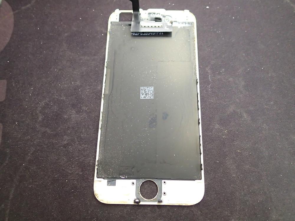 iPhone6の液晶の裏に水の後がある