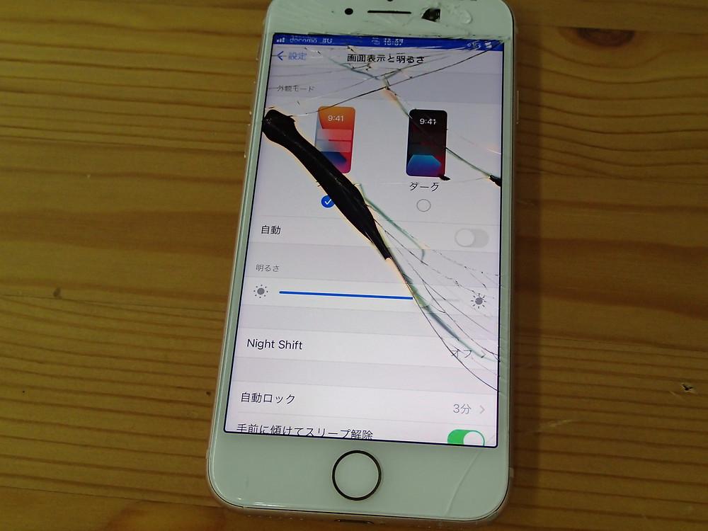 破損はコピーのようだが黒いシミがある。TrueToneが無いiPhone8