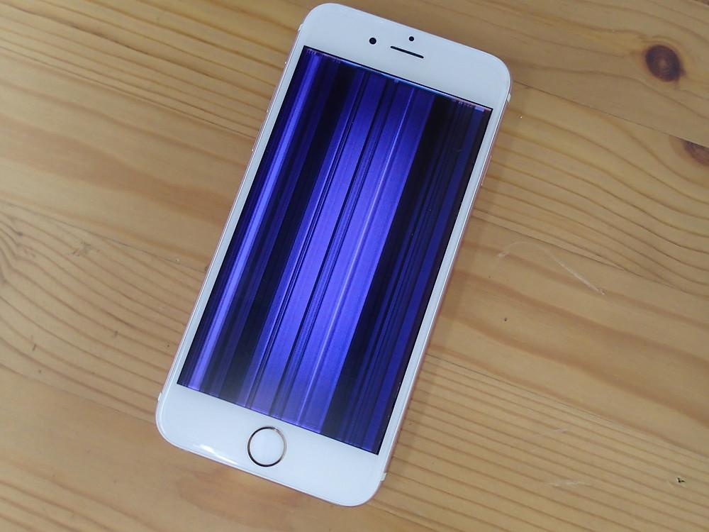iPhone6sの画面が紫の線で覆われている