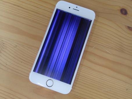 紫色の縦線で埋め尽くされているiPhone6s
