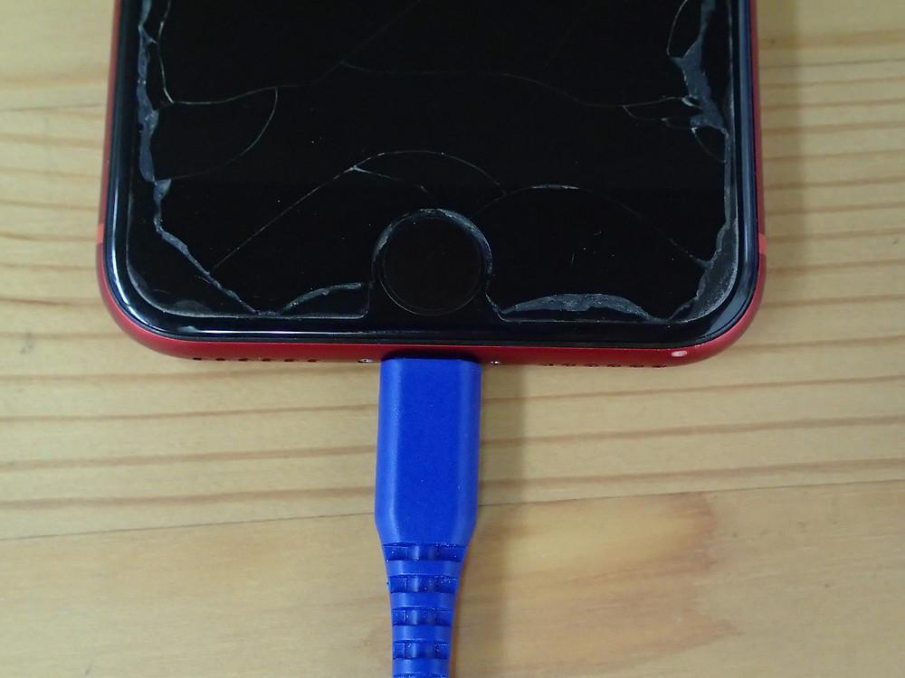 充電コネクターのごみを取り除いた後