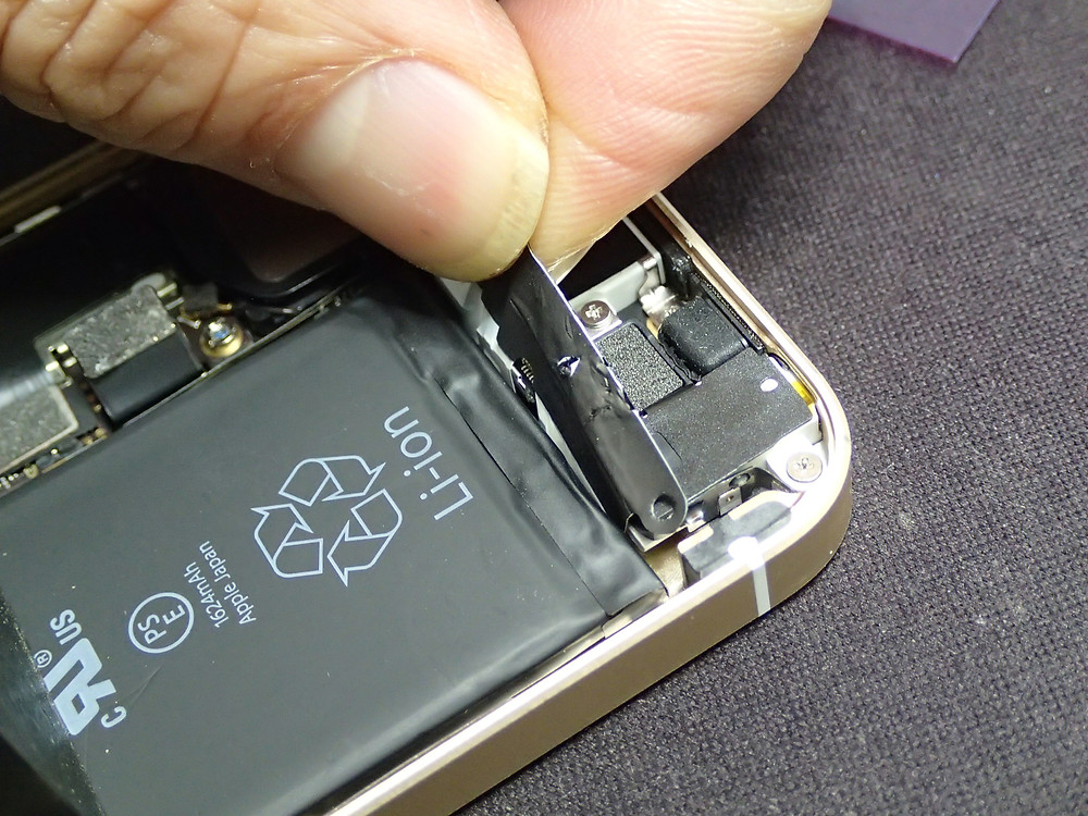 iPhoneSEバッテリー交換の作業でテープを取り外す工程