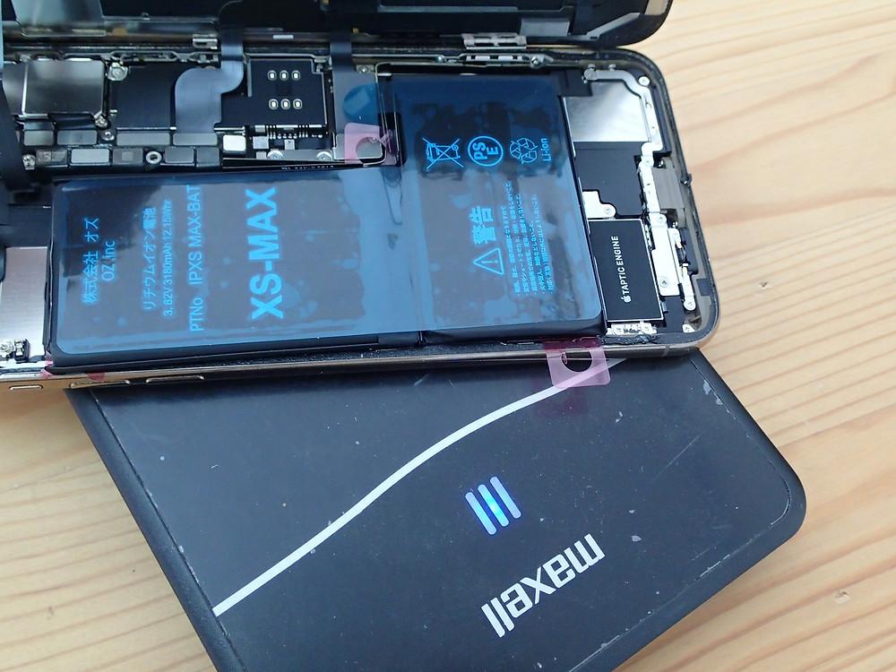 iPhoneXsMAXのバッテリーを交換して卓上充電器の上に乗せテスト
