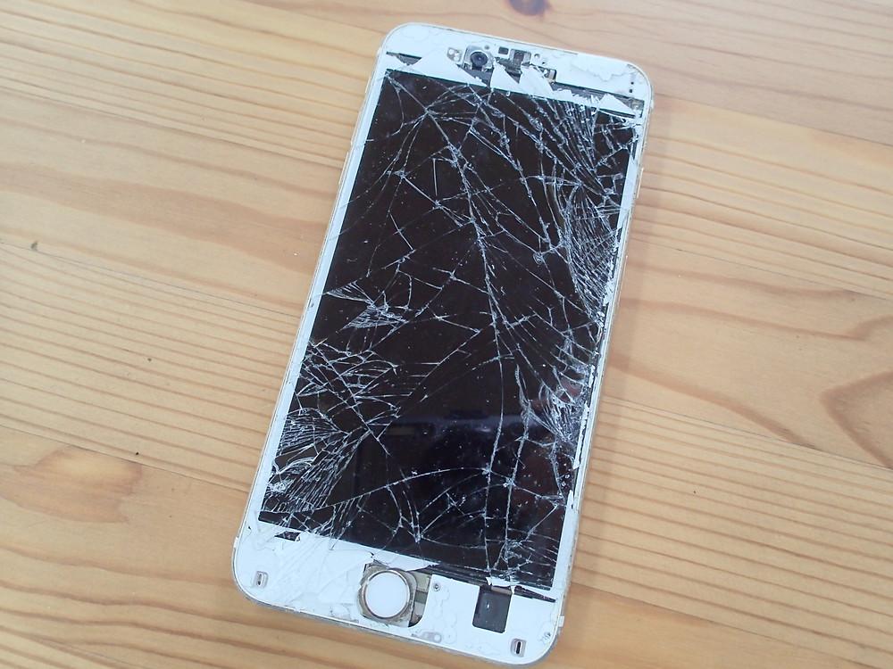 iPhone6sガラスが細かく割れて画面表示しない