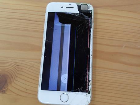 黒いシミや白い太い線が入り画面に穴が開いてしまったiPhone6